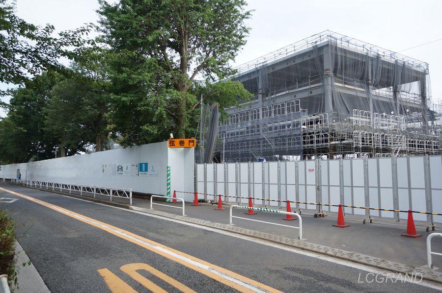 完成が待ち遠しいリニューアル工事中の馬事公苑 道路から見える大きな建設中の建物はメインアリーナの一部でしょうか。