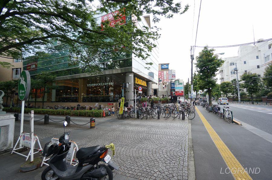 コリーヌ馬事公苑にはスタバやTSUTAYA、くら寿司などの店舗が入っています。