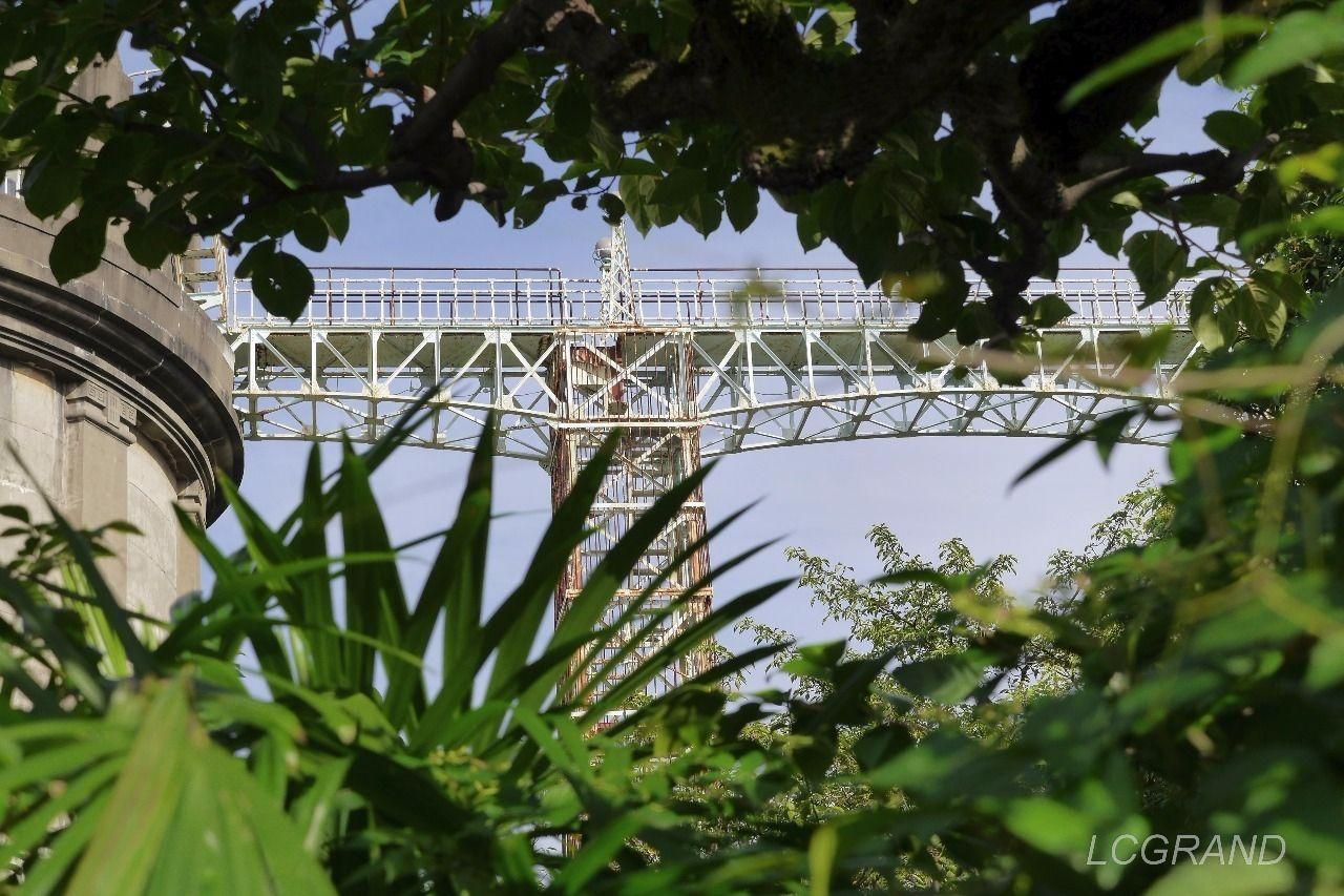 給水塔をつなぐ鉄骨の橋
