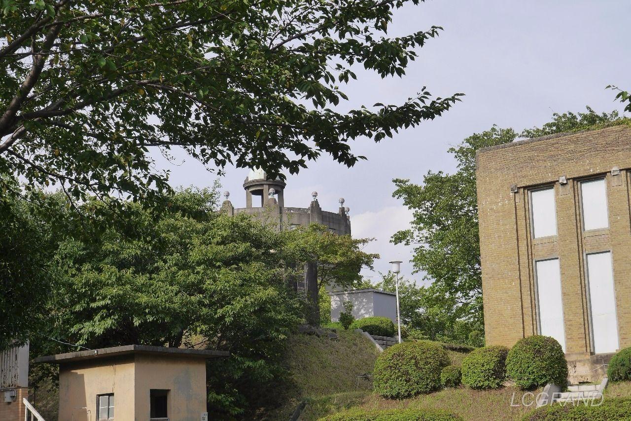 入口からほんの少し見える駒沢給水塔