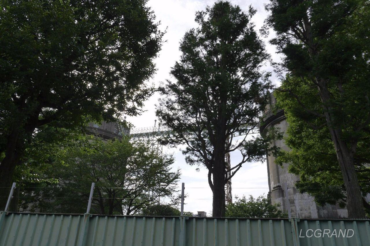 鉄骨の橋で駒沢給水塔はつながれています。